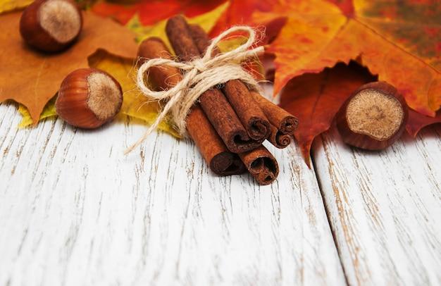 Folhas de outono com canela e avelãs