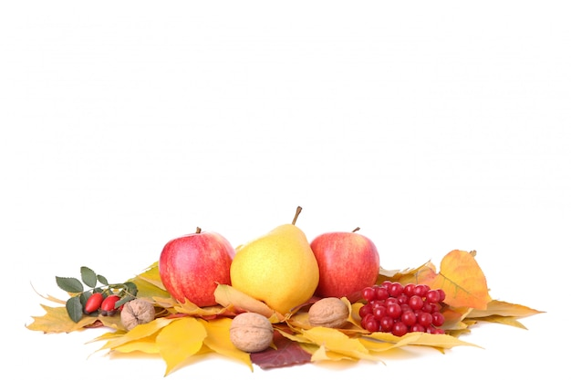 Folhas de outono com frutas e legumes isolados no branco