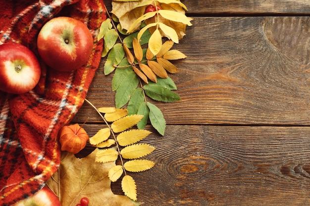 Folhas de outono e parede de maçãs. conceito de colheita de outono