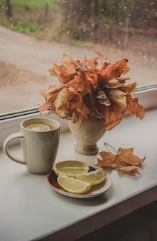 Folhas de outono e um livro. foco seletivo.