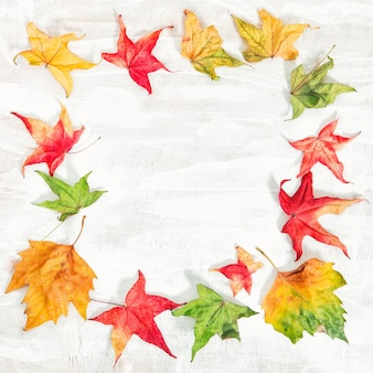 Folhas de outono em fundo de madeira rústica