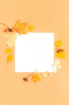 Folhas de outono em uma mesa de pastel