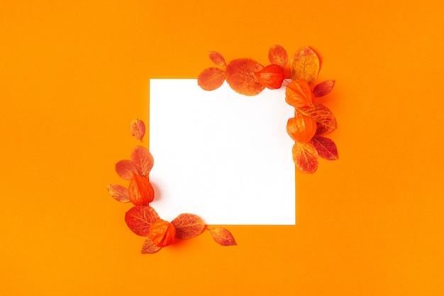 Folhas de outono em uma mesa laranja