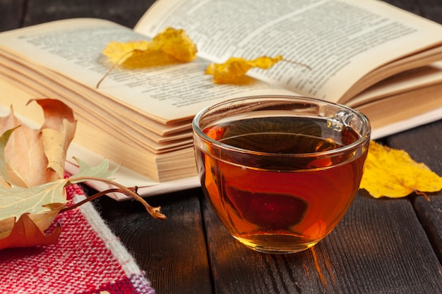 Folhas de outono, livro e xícara de chá