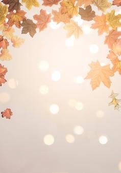 Folhas de outono maple espalhadas na superfície brilhante
