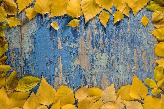 Folhas de outono na superfície da mesa de madeira