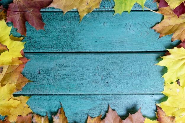 Folhas de outono no fundo de madeira vintage azul verde com espaço de cópia, lay plana