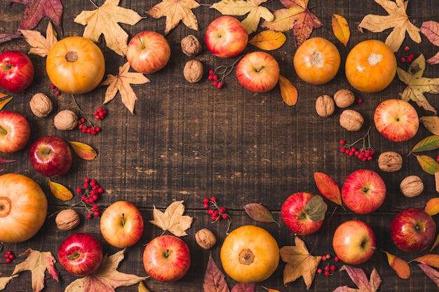 Folhas de outono plana leigos e quadro de frutas