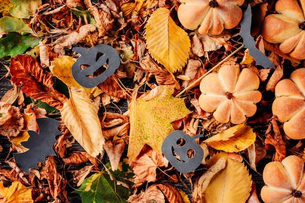 Folhas de outono plano leigos com vista superior de decorações de halloween