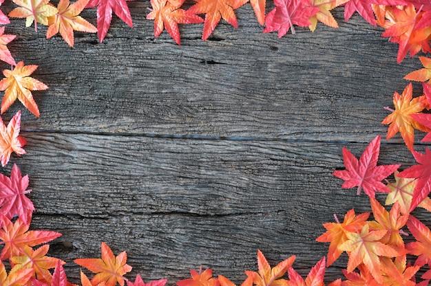 Folhas de outono sobre o fundo de madeira da natureza com espaço da cópia.