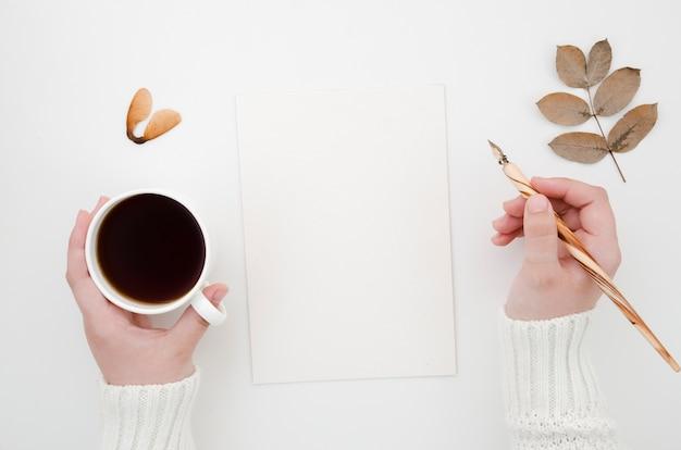 Folhas de outono vista superior com café