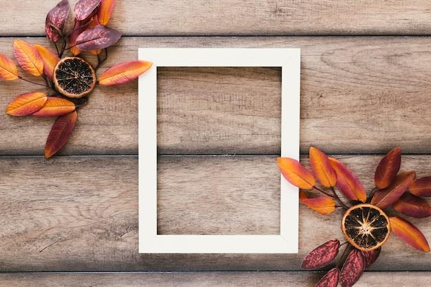 Folhas de outono vista superior com moldura branca