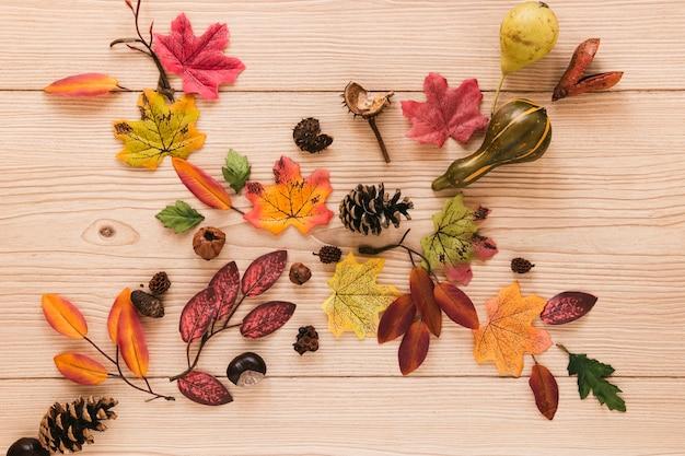 Folhas de outono vista superior na mesa de madeira