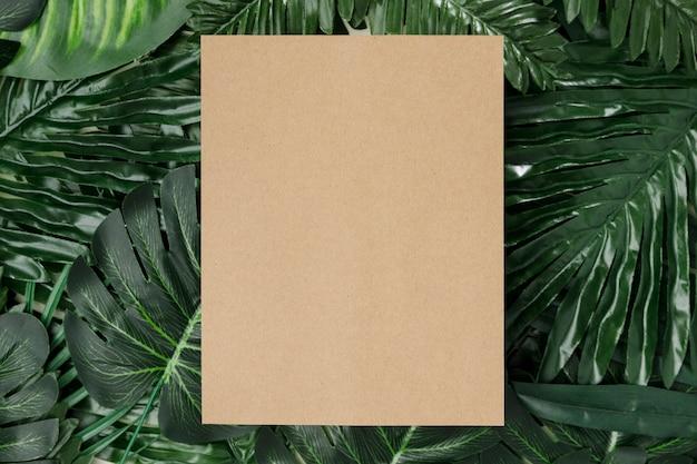 Folhas de palmeira vista superior com espaço de cópia