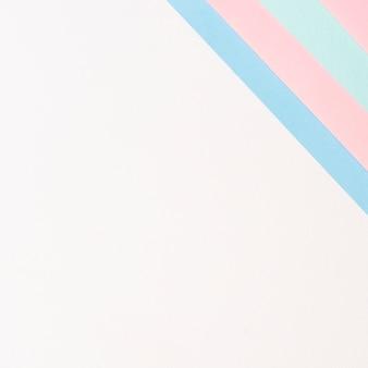 Folhas de papel alinhadas em tons pastel