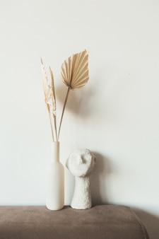 Folhas de papel artesanal de leque bronzeado e busto em fundo branco