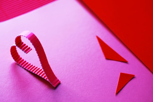 Folhas de papel colorido, paleta iridescente de papel colorido, cores do arco-íris. vista superior na mesa com papel colorido e tesoura.