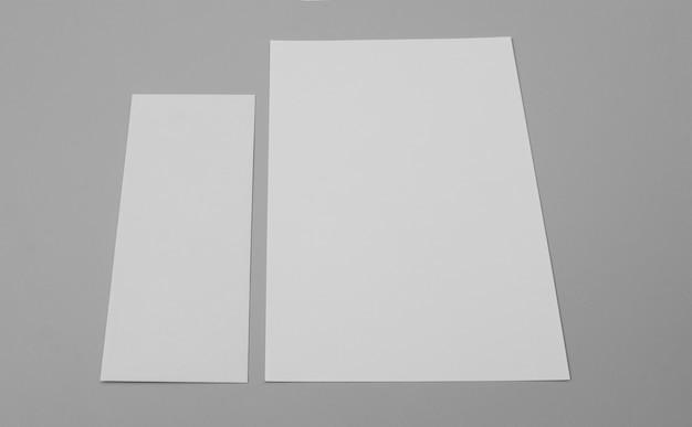 Folhas de papel de ângulo alto em fundo cinza