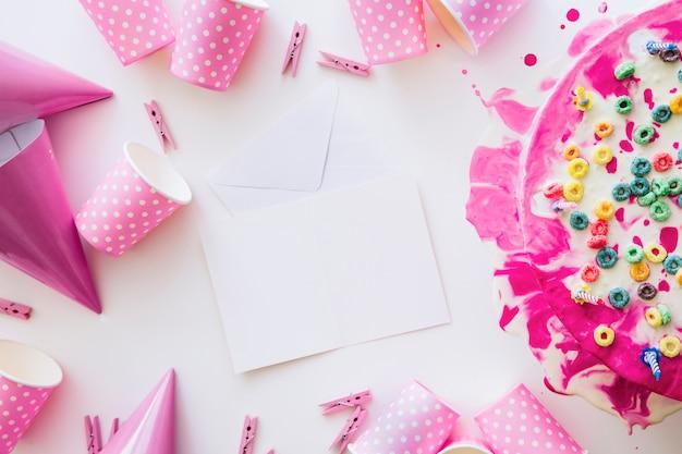 Folhas de papel e suprimentos para aniversários