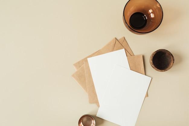 Folhas de papel em branco com espaço de cópia vazio para o texto, envelopes em bege