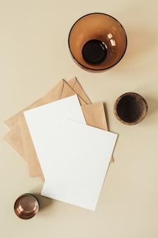 Folhas de papel em branco com espaço de cópia vazio para texto, envelopes, flor de hortênsia em bege
