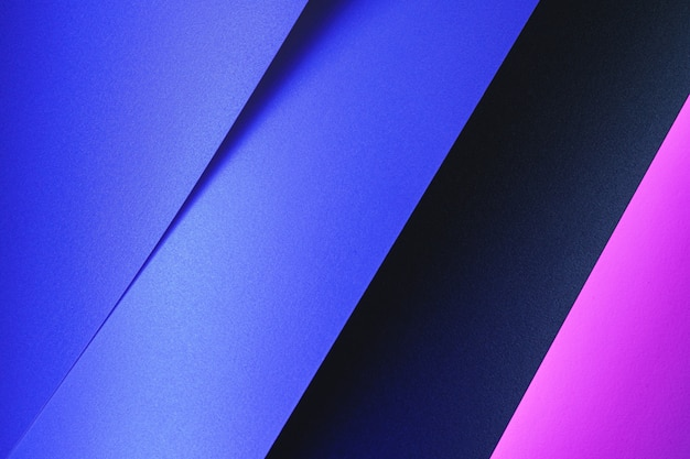 Folhas de papel em branco roladas em uma iluminação de néon roxo close-up