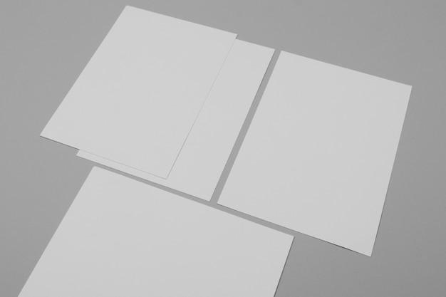 Folhas de papel em fundo cinza de alto ângulo