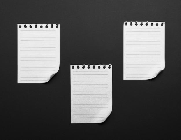 Folhas de papel rasgadas de um bloco de notas com um canto inferior dobrado