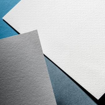 Folhas de papel texturizado cinza e branco