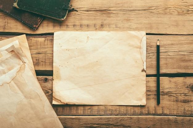 Folhas de papel vintage em uma mesa de madeira. copie o espaço