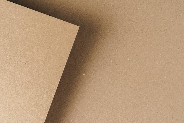 Folhas de papelão reciclado marrom close-up
