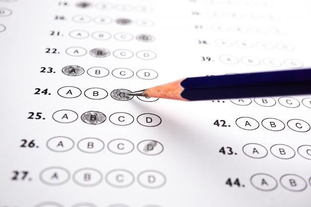 Folhas de respostas com pencil drawing fill para selecionar a escolha: conceito de educação