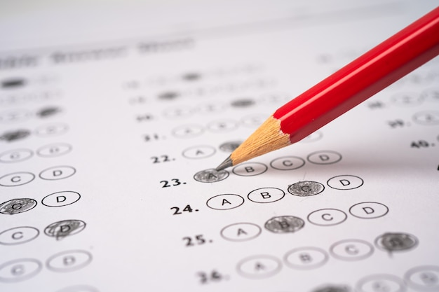 Folhas de respostas com preenchimento de desenho a lápis para selecionar a escolha, o conceito de educação