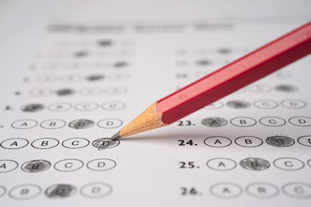 Folhas de respostas com preenchimento de desenho a lápis para selecionar a escolha