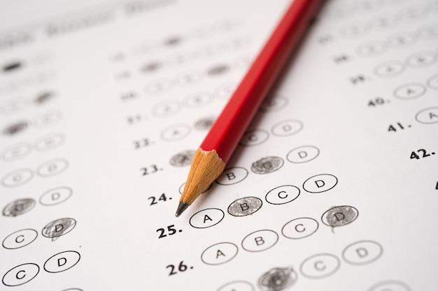 Folhas de respostas com preenchimento de desenho a lápis para selecionar a opção