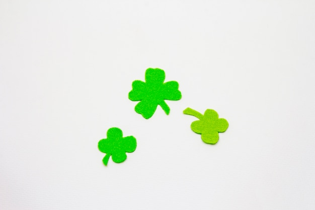 Folhas de trevo de feltro, isoladas no fundo branco. símbolo de boa sorte, conceito do dia de st.patrick