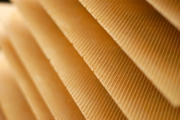 Folhas de wafer recém-assadas em uma esteira de uma fábrica de confeitaria