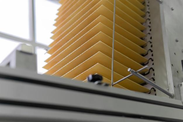 Folhas de wafer recém-assadas se movem ao longo da esteira de uma fábrica de confeitaria