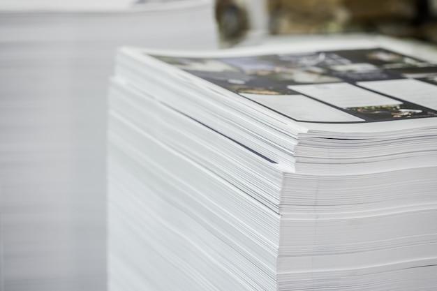 Folhas deslocadas da indústria da pilha de papel impresso de alto contraste.