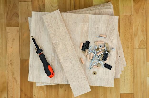 Folhas e acessórios de aglomerado para montagem de móveis de armários. auto-montagem de móveis em casa