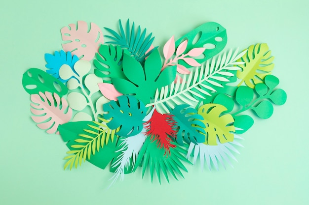 Folhas e flores tropicais de papel como férias exóticas, conceito de cartão de felicitações