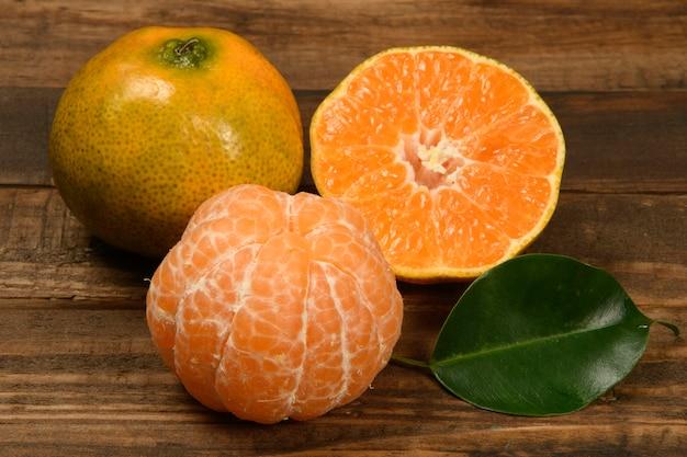 Folhas e laranjas de tangerina frescas