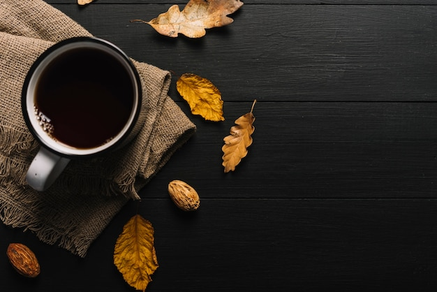 Folhas e miolo perto de pano e bebida