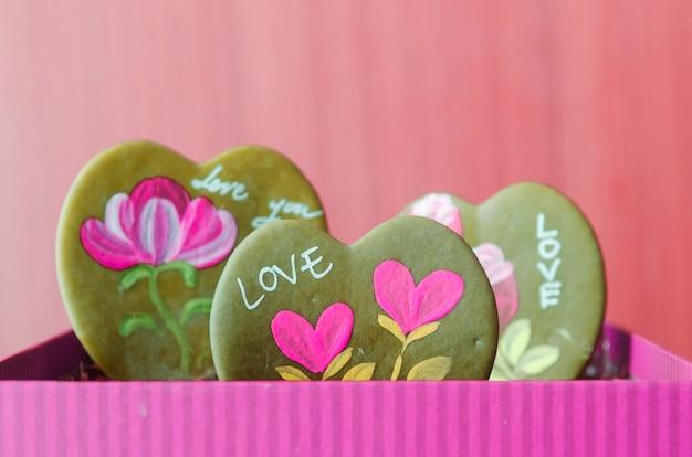 Folhas em forma de coração e uma mensagem sobre o amor.