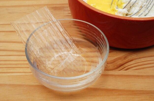 Folhas empilhadas de gelatina na tigela de vidro