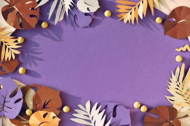 Folhas exóticas, folhas de palmeira e monstera em fundo de papel roxo, plana leigos, cópia-espaço.
