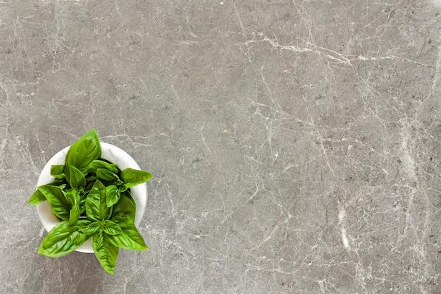 Folhas frescas de manjericão em uma tigela Foto Premium