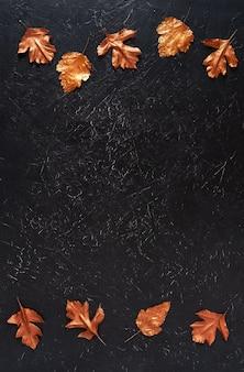 Folhas manchadas com tinta dourada sobre preto