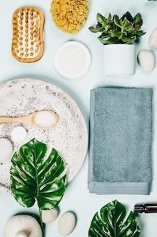 Folhas monstera e produtos para cuidados cosméticos
