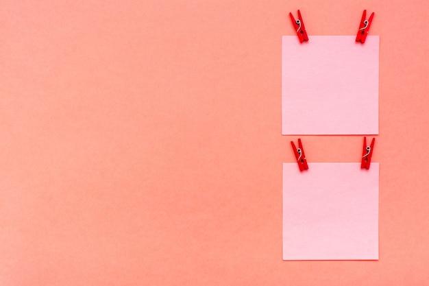 Folhas para anotações com clipes em vermelho